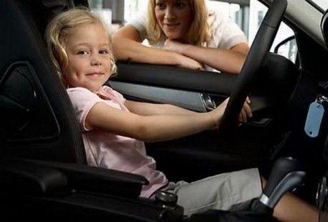 5χρονη πήρε το αμάξι της μαμάς και αλόνιζε!!