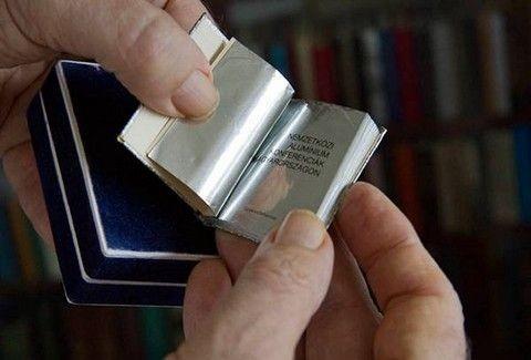Ένας συλλέκτης ...μικρών βιβλίων για ρεκόρ γκίνες!(PHOTOS)
