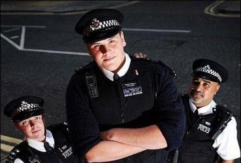 Έχει ύψος 2,18 και είναι ο πιο ψηλός αστυνομικός στην Βρετανία(PHOTOS)
