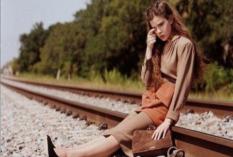Απαγόρευσαν διαφήμιση με 14χρονο που κλαίει σε ράγες τρένου!!