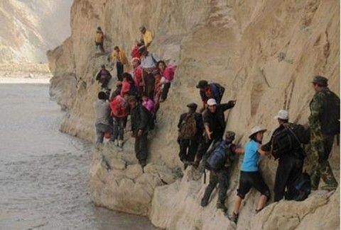 Περνάνε βράχια, ποτάμια, γκρεμούς για να πάνε σχολείο!!(PHOTOS)