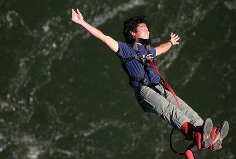Bungee jumping με... αλεξίπτωτα!(VIDEO)