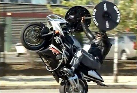 ΑΠΙΣΤΕΥΤΟΣ ΤΥΠΟΣ:Σηκώνει βάρη και κάνει σούζες με τη μοτοσικλέτα… ταυτόχρονα!(VIDEO)