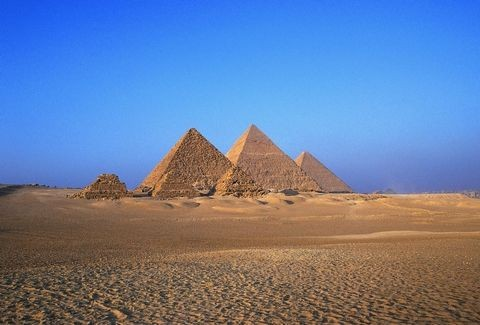 Aναρωτήθηκες ποτέ τι θέα να έχει κανείς πάνω από τις Πυραμίδες της Γκίζας; To λιγότερο, ανατριχιαστική! (photos)
