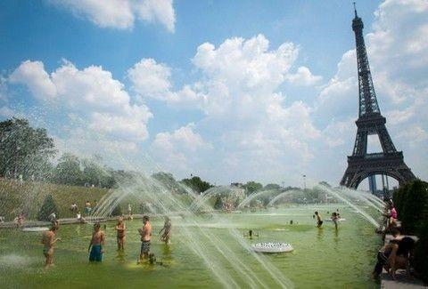 ΑΠΙΣΤΕΥΤΕΣ PHOTOS: Oι Γάλλοι ξεχύθηκαν στο Παρίσι... με τα μαγιό τους!!! (PHOTOS)