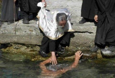ΤΡΟΜΕΡΕΣ ΕΙΚΟΝΕΣ: Δείτε ΕΝΗΛΙΚΑ ΑΝΔΡΑ να βαπτίζεται στην θάλασσα του Αγίου Όρους!