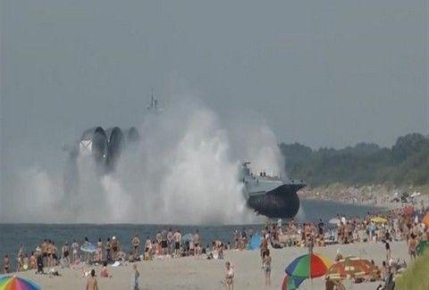 ΣΟΚΑΡΙΣΤΙΚΕΣ ΕΙΚΟΝΕΣ: Χόβερκραφτ έκανε ΑΠΟΒΑΣΗ σε τιγκαρισμένη από κόσμο παραλία και σκόρπισε τον ΤΡΟΜΟ!!! (PHOTOS)