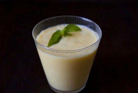 Θέλετε να πιείτε κάτι δροσερό και υγιεινό;;;; Ορίστε πώς θα φτιάξετε ένα υπέροχο smoothie με μάνγκο!!!