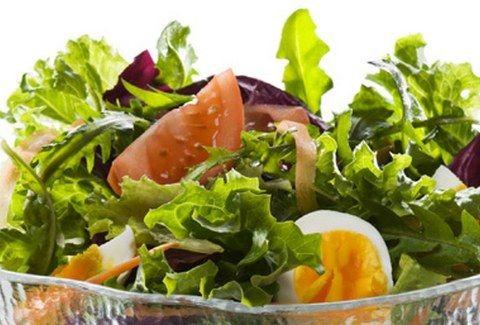Ευκολο φαγητό στο λεπτό! Πράσινη σαλάτα με αυγά για ένα γρήγορο αλλά υγιεινό γεύμα!!!
