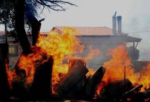 ΣΥΓΚΛΟΝΙΣΤΙΚΗ ΙΣΤΟΡΙΑ! Επεσε στη φωτιά για να σώσει τη μητέρα του!