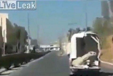 ΠΛΑΚΑ ΜΑΣ ΚΑΝΕΙ Ο ΤΥΠΟΣ!!! Ξέχασε μες τη μέση του δρόμου την... ΚΑΜΗΛΑ ΤΟΥ!! (VIDEO)