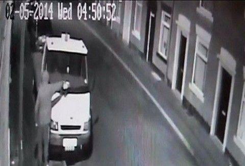 Εμπρηστής για ΠΟΛΛΑ ΓΕΛΙΑ! - Πήγε να βάλει φωτιά σε αυτοκίνητο και δείτε τι έπαθε!!!! (VIDEO)