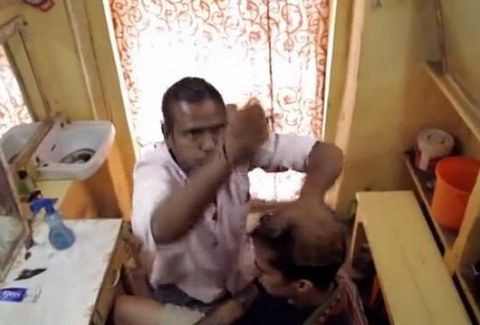 Ο σωστός ο μπαρμπέρης... το κάνει το μασαζάκι του.... (VIDEO)