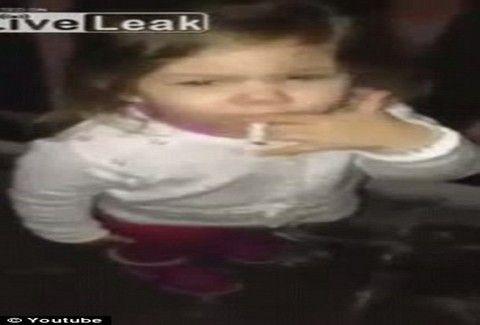 ΣΟΚΑΡΙΣΤΙΚΟ! Βάζουν τη δίχρονη κόρη τους να ΚΑΠΝΙΖΕΙ!!! ΔΕΙΤΕ το βίντεο που προκαλεί ΘΥΕΛΛΑ ΑΝΤΙΔΡΑΣΕΩΝ!!! (VIDEO)