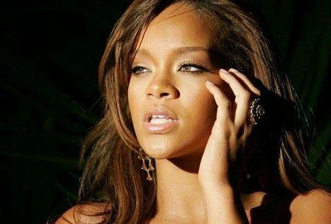 Το έκανε κι αυτό! Η Rihanna φόρεσε τη ΡΟΜΠΑ της και… περπάτησε στο κόκκινο χαλί! (PHOTOS)