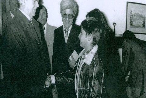 QUIZ: Ποιος ΠΑΣΙΓΝΩΣΤΟΣ πολιτικός και σημερινός υπουργός είναι το παιδάκι που χαιρετά τον Κωνσταντίνο Καραμανλή; (PHOTO)