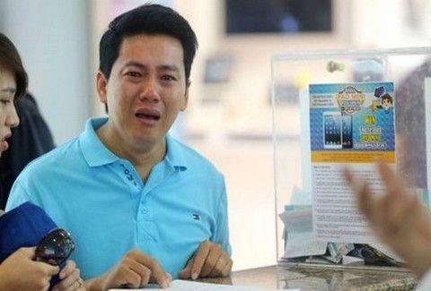 ΣΠΑΡΑΚΤΙΚΟ: Φτωχός εργάτης κλαίει με λυγμούς και ικετεύει για την αποζημίωση μετά από την αγορά iPhone!