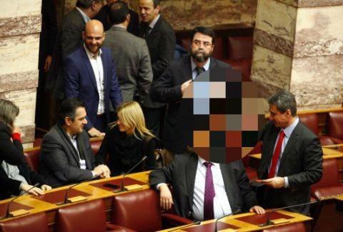 Παραλειπόμενα από την Βουλή! Η κίνηση του Λοβέρδου που προκάλεσε τρελά ΓΕΛΙΑ! (PHOTO)