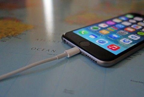 Φορτίζεις όλο το ΒΡΑΔΥ το κινητό σου; Δες πόσο κακό του κάνεις!