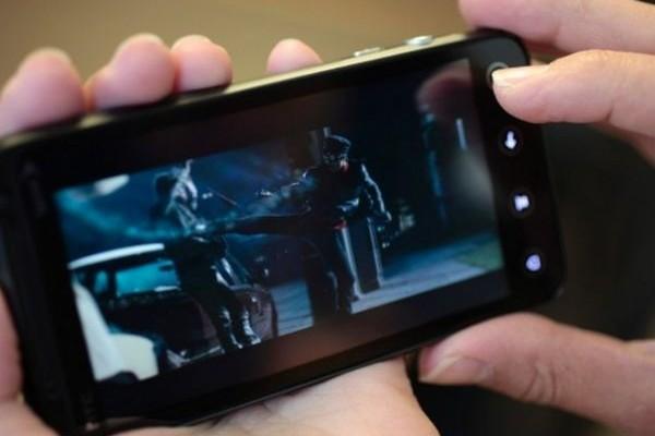 Μάθε μπαλίτσα! Πιτσιρικάς σου δέιχνει πως πρέπει να βλέπεις κανονικά ταινία στο κινητό! (PHOTO)