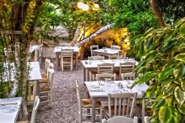 Αυλή του Κούβελου: Σε έναν πανέμορφο κήπο στο Κουκάκι σου σερβίρουν την παράδοση πασπαλισμένη με μπόλικη φαντασία!