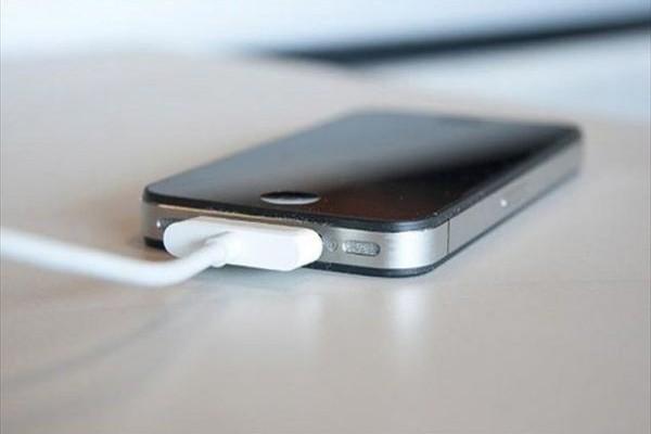 Μείνατε από ΜΠΑΤΑΡΙΑ; Έτσι θα φορτίσετε το κινητό σας χωρίς να το βάλετε στην πρίζα ή να χρησιμοποιήσετε usb!