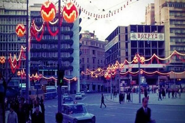 Ρετρό - Από το «Μινιόν» στον «Δραγώνα» και από τον «Λαμπρόπουλο» και τον «Κατράντζο Σπορ»: Οι μαγικές βιτρίνες των Χριστουγέννων στην Αθήνα!