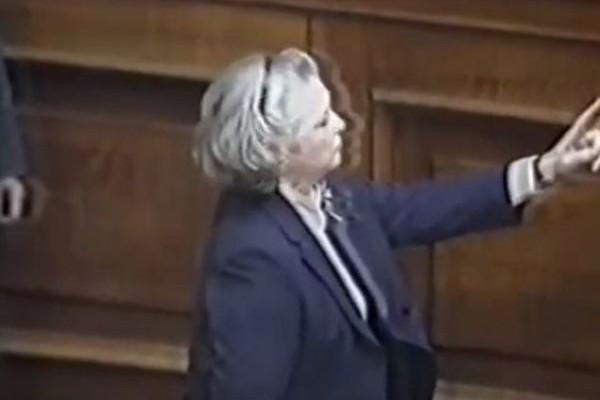 Το ιστορικό επεισόδιο της Άννας Συνοδινού μέσα στην Βουλή με την Μαρίνα Δίζη! (VIDEO)