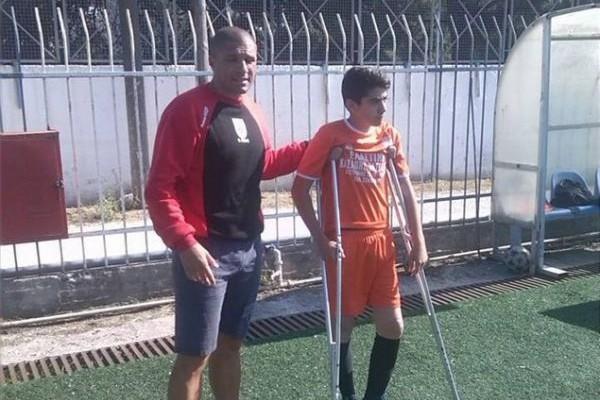 Συγκλονιστική ιστορία στην Ρόδο: 14χρονος μπήκε να παίξει με πατερίτσες στο τελευταίο ματς της χρονιάς - Τι δήλωσε ο προπονητής;
