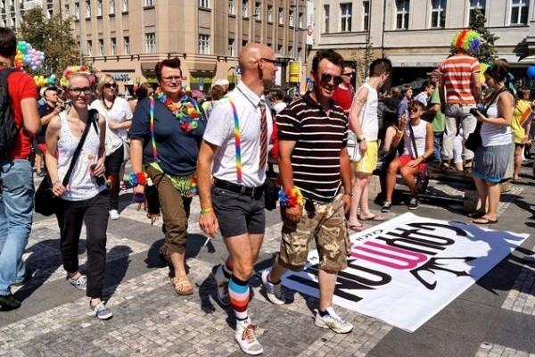 Δύο gay περπατούν χεράκι - χεράκι σε κεντρικό δρόμο! Δείτε τι θα τους συμβεί στην συνέχεια (VIDEO)