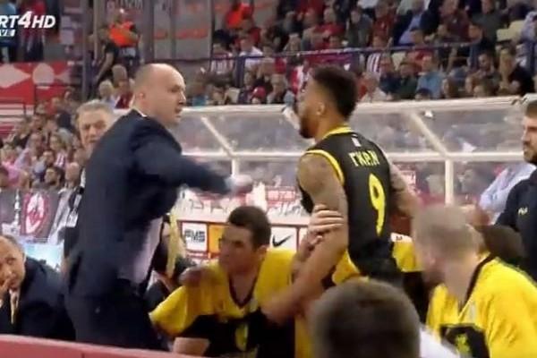 Πρωτοφανές επεισόδιο στο ΣΕΦ: Ο Γιούρι Ζντοβτς πήγε να ρίξει μπουνιά σε παίκτη του! (VIDEO)