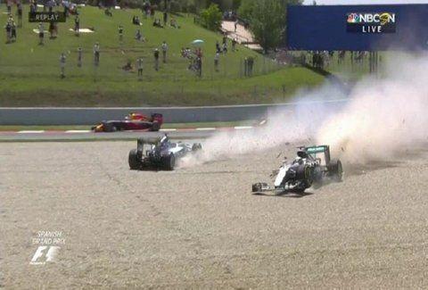 Πρωτοφανής σύγκρουση: Τράκαραν μεταξύ τους στον πρώτο γύρο και έμειναν εκτός οι δύο Mercedes! (VIDEO)