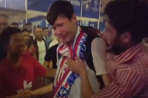 Μεγαλείο: Οπαδοί της Ρεάλ παρηγορούν έναν οπαδό της Ατλέτικο που κλαίει (VIDEO)