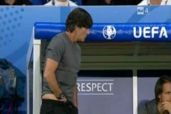 Ότι πιο αηδιαστικό έχετε δει ποτέ! Ο προπονητής της Γερμανίας έκανε όλο τον πλανήτη να σιχαθεί όταν κατά την διάρκεια του ματς, έπιασε τον...!