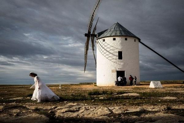 Η Φωτογραφία της Ημέρας: Μια νύφη προχωράει μπροστά από τον ανεμόμυλο όπου γράφτηκε το μυθικό μυθιστόρημα του Δον Κιχώτη