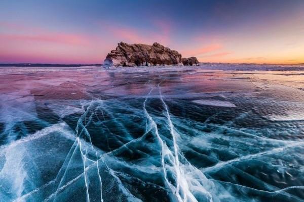 Η Φωτογραφία της Ημέρας: Η παγωμένη επιφάνεια της λίμνης Βαϊκάλη που είναι έτοιμη να... σπάσει