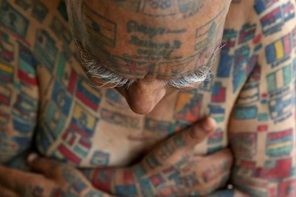 Η Φωτογραφία της Ημέρας: Ο άνδρας που κατέχει το παγκόσμιο ρεκόρ με τις περισσότερες σημαίες - τατουάζ στο σώμα του