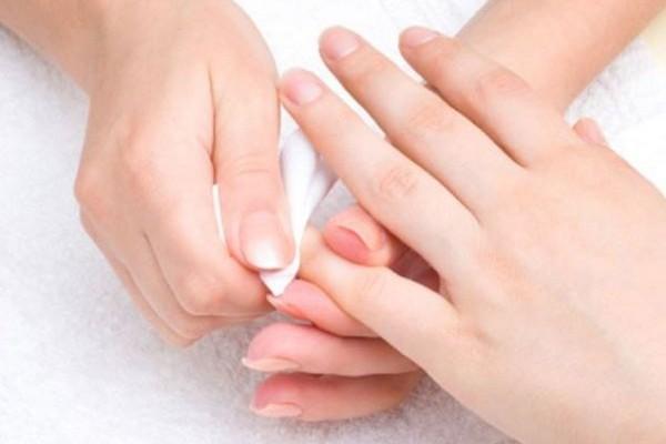 Τρομερά κόλπα! Έτσι θα ξεβάψεις τα νύχια σου χωρίς ασετόν!