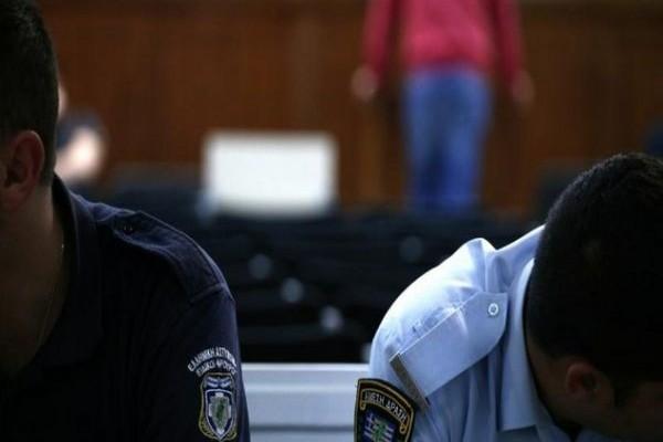 «Δεν θυμάμαι»... Η προκλητική κατάθεση μάρτυρα αστυνομικού στη δίκη της Χρυσής Αυγής