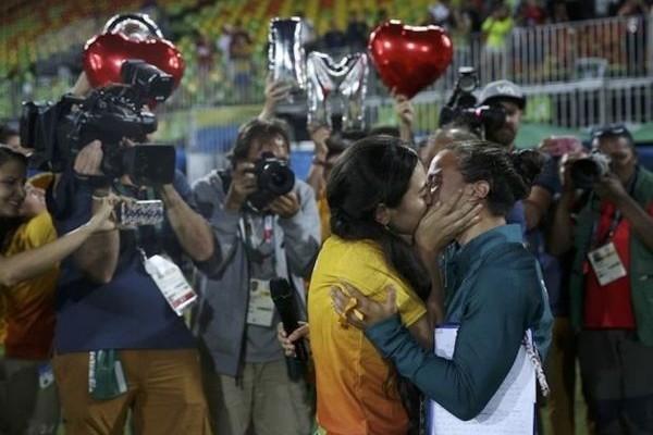 Από τις πιο όμορφες στιγμές των Ολυμπιακών Αγώνων του Ρίο: Η gay πρόταση γάμου που τους συγκίνησε όλους! (video)