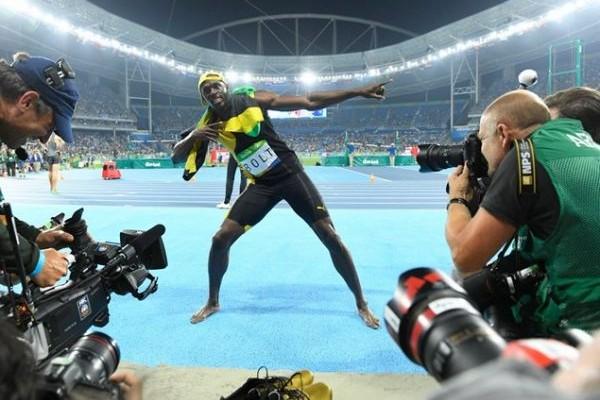 Το φαινόμενο που έγινε θρύλος! Ο Γιουσέιν Μπολτ κατέκτησε το τρίτο σερί χρυσό μετάλλιο στα 100 μέτρα (VIDEO)
