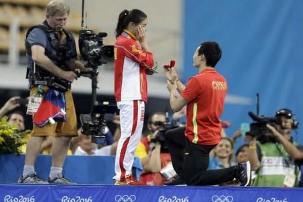 Η πιο ρομαντική στιγμή των Ολυμπιακών Αγώνων: Της έκανε πρόταση γάμου όταν ανέβηκε να πάρει το μετάλλιο!