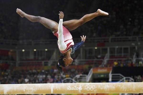 Simone Biles: Το κορίτσι - φαινόμενο με τα δυο χρυσά μετάλλια που κάνει ακατόρθωτα πράγματα! (PHOTOS)