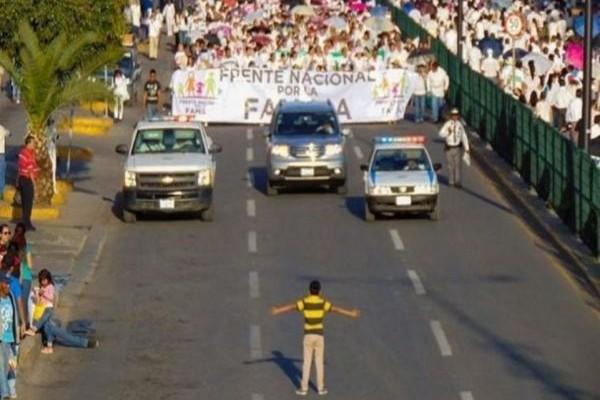 Το 12χρονο αγόρι που σταμάτησε 11 χιλιάδες διαδηλωτές κατά των gay! (PHOTO)