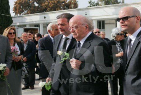 Ράγισαν καρδιές! Συντετριμμένος ο Γιώργος Κατσαρός στην κηδεία της συζύγου του! (Photos)