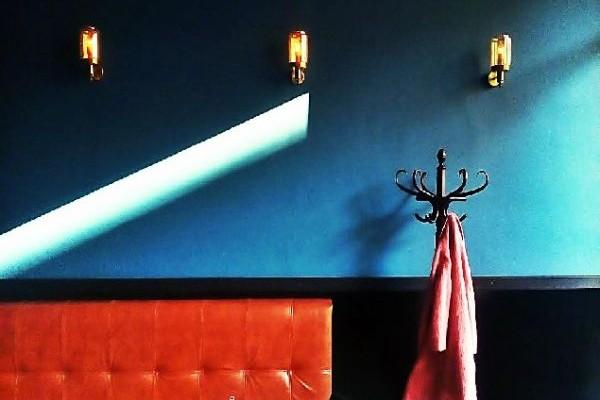 Νέα άφιξη στο κέντρο: Στο bar που θα σύχναζε ο Σέρλοκ Χολμς στην Αθήνα!