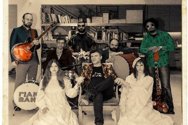 Ο Φοίβος Δεληβοριάς όπως δεν τον έχεις ξαναδεί ποτέ: Ένα κυριακάτικο μεσημεριανό γλέντι στο «Hotel Ερμού»!