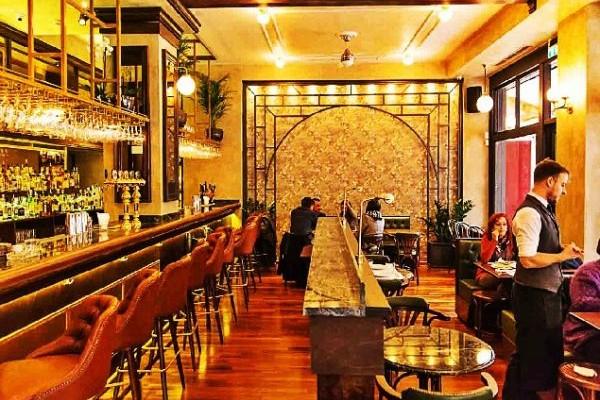 Ανοίγεις την πόρτα και βρίσκεσαι στο Παρίσι: Το νέο υπέροχο bar στην καρδιά της Αθήνας!