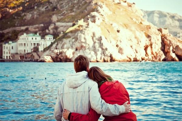 Έρωτας: Τελικά, τα ταξίδια τον αναζοπυρώνουν ή είναι η αρχή του τέλους;