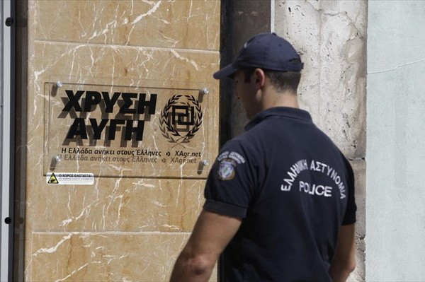 Επίθεση απο οργανωμένη ομάδα αντιεξουσιαστών στα γραφεια της Χρυσής Αυγής!